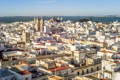 Il paesaggio urbano di Cadice ha circondato dall'Oceano Atlantico, Andalusia, Fotografie Stock