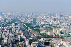 Il paesaggio urbano moderno e drammatico di Bangkok con la strada principale ed i Bu alti Fotografia Stock