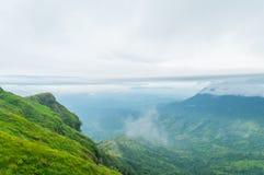 Il paesaggio verde della montagna ha nuvole Immagini Stock