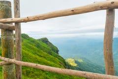 Il paesaggio verde della montagna ha nuvole Fotografie Stock Libere da Diritti