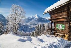 Il paese delle meraviglie di inverno con il chalet della montagna nelle alpi Immagine Stock Libera da Diritti