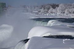 Il paese delle meraviglie di inverno di cascate del Niagara Immagine Stock