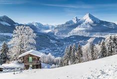 Il paese delle meraviglie di inverno nelle alpi con il chalet tradizionale della montagna Fotografie Stock Libere da Diritti