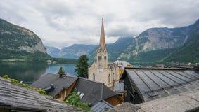 Il paesino di montagna di Hallstatt con Hallstaetter vede nelle alpi austriache, regione di Salzkammergut, Austria fotografia stock libera da diritti