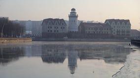 Il paesino di pescatori è riflesso nell'acqua video d archivio