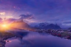 Il paesino di pescatori norvegese tipico di Reine sotto il sole di mezzanotte fotografia stock libera da diritti