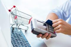 Il pagamento l'acquisto online con credito alla posizione Fotografia Stock Libera da Diritti