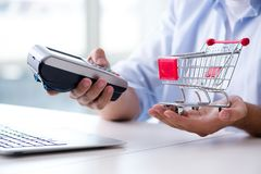 Il pagamento l'acquisto online con credito alla posizione Fotografie Stock