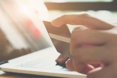 Il pagamento online, fine sul ` s della donna di affari passa la tenuta del credito fotografia stock libera da diritti