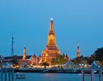 Il Pagoda di Wat Arun nella penombra Fotografie Stock Libere da Diritti