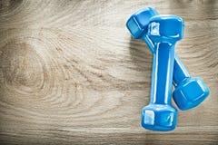 Il paio delle teste di legno blu sullo spazio di legno della copia del bordo mette in mostra l'addestramento Immagini Stock Libere da Diritti