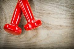 Il paio delle teste di legno rosse sul bordo di legno mette in mostra il concetto di addestramento Fotografia Stock Libera da Diritti