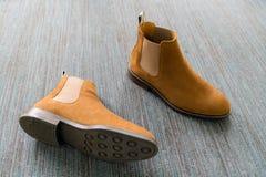 Il paio di cuoio marrone classico governa le scarpe sul photogr del tappeto fotografie stock