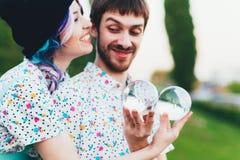 Il paio manipola con le grandi palle trasparenti Fotografie Stock