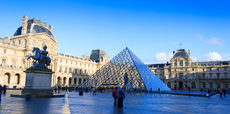 Il palazzo del Louvre e la piramide del Louvre Fotografia Stock Libera da Diritti