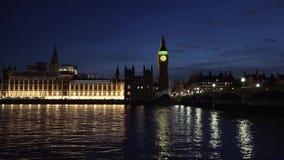 Il palazzo del Parlamento di Londra torre di orologio di Big Ben, di Westminster e ponte di Westminster ha riflesso nel Tamigi di stock footage