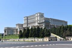 Il palazzo della Camera della gente o del Parlamento, Bucarest, Romania Vista di notte dal quadrato centrale Il palazzo era b ord immagine stock libera da diritti