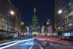 Il palazzo di cultura e di scienza a Varsavia alla notte immagini stock libere da diritti