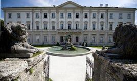 Il palazzo di Mirabell custodetto dai leoni fotografia stock