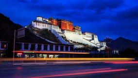 Il palazzo di Potala nella notte fotografia stock libera da diritti