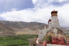 Il palazzo di Yumbulakhang sulla collina trascura il giacimento del riso Fotografia Stock