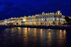 Il palazzo illuminato, riflessione di inverno nell'acqua della r Fotografie Stock