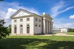 Il palazzo storico di stile dell'impero di Kacina nella regione di quintale è proprietà nazionale, il giorno soleggiato e cielo b immagini stock libere da diritti