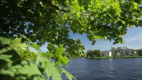 Il palazzo sulla riva dello stagno nel parco di Pushkin vicino a St Petersburg riva del lago a St Petersburg stock footage