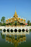 Il palazzo tailandese è riflesso nell'acqua Immagini Stock Libere da Diritti