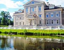 Il palazzo vicino al lago Fotografia Stock Libera da Diritti