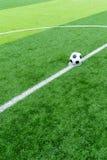 Il pallone da calcio a dà dei calci fuori al punto Fotografia Stock Libera da Diritti