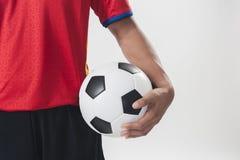 Il pallone da calcio della tenuta dell'uomo Fotografia Stock