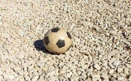 Il pallone da calcio di gomma dei bambini vecchio Fondo, attrezzatura di sport per forma fisica all'aperto o struttura moderna de Fotografie Stock