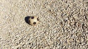 Il pallone da calcio di gomma dei bambini vecchio Fondo, attrezzatura di sport per forma fisica all'aperto o struttura moderna de Immagine Stock Libera da Diritti