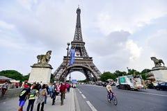 Il pallone da calcio gigante ha sospeso sulla torre Eiffel durante l'UEFA Fotografie Stock Libere da Diritti