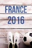 Il pallone da calcio, i morsetti e la Francia 2016 firmano, colpo dello studio Immagini Stock Libere da Diritti