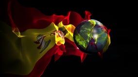 Il pallone da calcio si trasforma nel mondo con una bandiera della Spagna stock footage