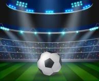 Il pallone da calcio sullo stadio verde, arena nella notte ha illuminato i riflettori luminosi royalty illustrazione gratis