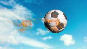 Il pallone da calcio vola contro un fondo del cielo nuvoloso video d archivio