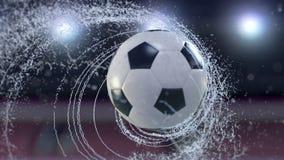 Il pallone da calcio vola emettendo il giro rapido delle gocce di acqua, animazione di 4k 3d royalty illustrazione gratis