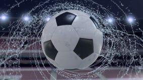 Il pallone da calcio vola emettendo il giro rapido delle gocce di acqua, animazione di 4k 3d illustrazione di stock