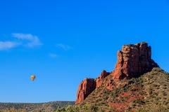 Il pallone del passeggero drwarfed da Sedona, formazione rossa massiccia del sanstone dell'Arizona Fotografie Stock Libere da Diritti
