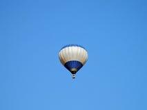 Il pallone galleggia nel cielo blu Immagine Stock