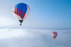 Il pallone sui precedenti del cielo blu immagini stock libere da diritti