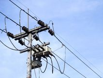 Il palo elettrico si collega ai cavi elettrici ad alta tensione immagine stock libera da diritti