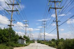 Il palo elettrico si collega all'alta tensione elettrica Fotografie Stock Libere da Diritti