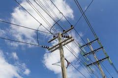 Il palo elettrico si collega all'alta tensione elettrica Fotografia Stock