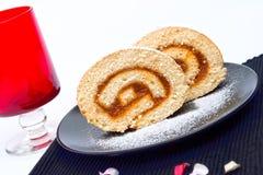 Il pan di Spagna rotolato fiiled con ostruzione Immagini Stock