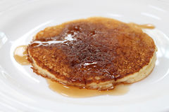 Il pancake ha piovigginato con sciroppo d'acero Fotografia Stock