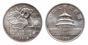 Il panda della Cina una moneta d'argento di 10 dieci yuan un'oncia d'argento fine da 1 oncia 999 minted 1989 isolata su fondo bia immagini stock libere da diritti